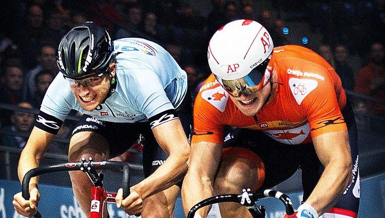 Jeffrey Hoogland (rechts ) wint de eerste confrontatie op de Sprint tegen Theo Bos. Beeld Klaas Jan van der Weij