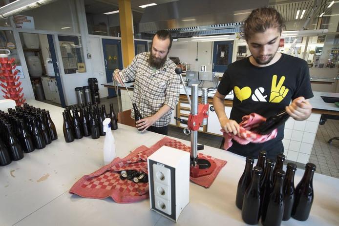 De brouwers aan het werk in hun brouwerij. foto DG
