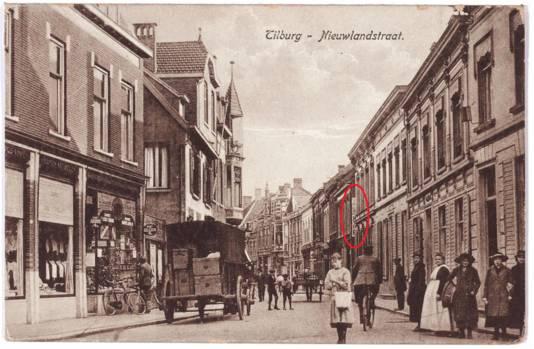 Oude prent van de Nieuwlandstraat, de reclame is deels te zien (in rood).