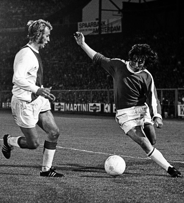 Ajax-Sparta in 1971, Spartaan Nol Heijerman probeert Hoerst Blankenburg uit te spelen. Beeld ANP
