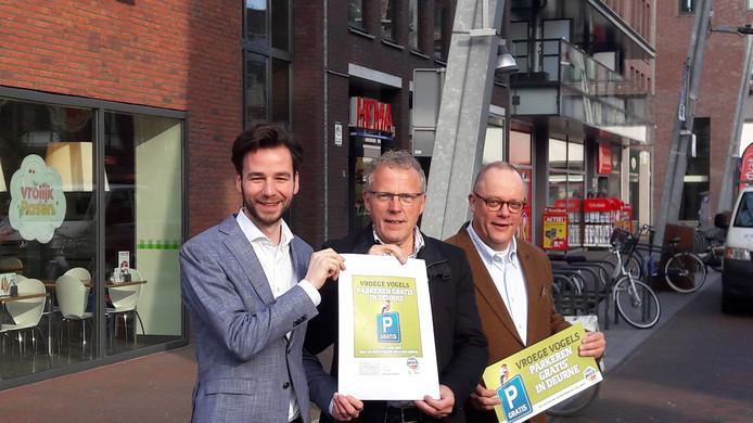 Wethouder Marinus Biemans, Wil Olde Hampsink, woordvoerder namens alle centrumpartijen en centrummanager Peter Thijssen. Het drietal lanceerde vrijdag de campagne 'Vroege Vogels parkeren gratis in Deurne'.