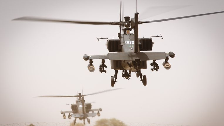 Nederlandse Apaches stijgen op van het vliegveld van Gao. Beeld ANP