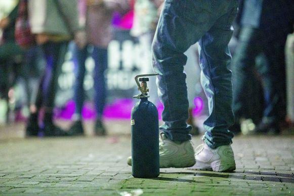 Steeds meer gemeenten verbieden het gebruik van lachgas in het politiereglement. Dat betekent dan dat als mensen betrapt worden, ze bestraft zullen worden met een gas-boete (Illustratiebeeld).