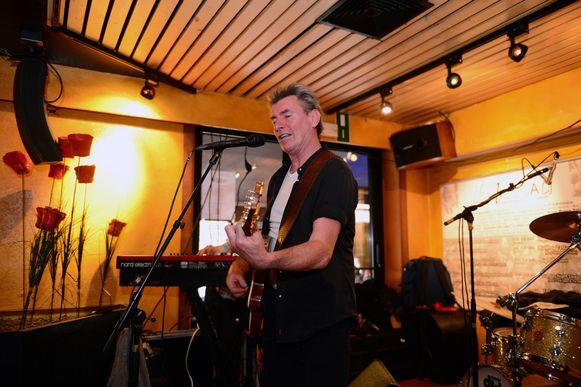 Paul Michiels trapte de 31ste Libertadfeesten op gang in het café. Vanavond maakt Scabs-frontman Guy Swinnen (l.) er zijn opwachting.