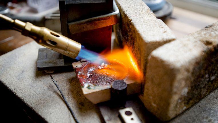 Goudsmid van goudsmederij Juffrouw Dubois werkt in haar atelier met eerlijk en gecontroleerd goud. Beeld anp