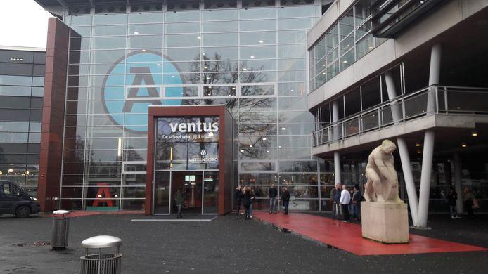De hoofdvestiging van Aventus, naast het station in Apeldoorn.