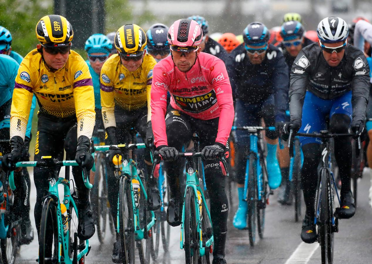 De renners rijden in de vijfde etappe van de Giro de hele dag in de regen.