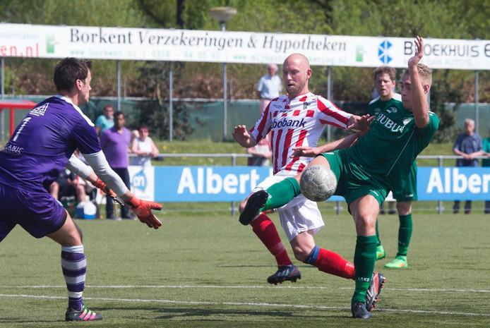 Kevin Sissing van Bennekom, hier te zien in een eerder duel, is vandaag goed voor twee doelpunten. Archieffoto.