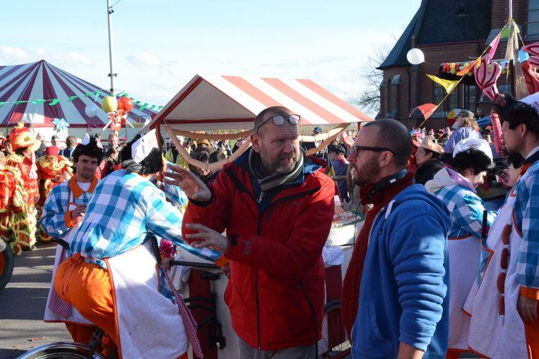 Regisseur Tom Van Dyck (rechts) geeft instructies voor de opname van de grote stoet.