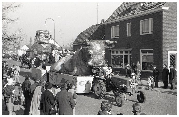 Beeld van de carnavalsoptocht in Budel in de jaren 60.