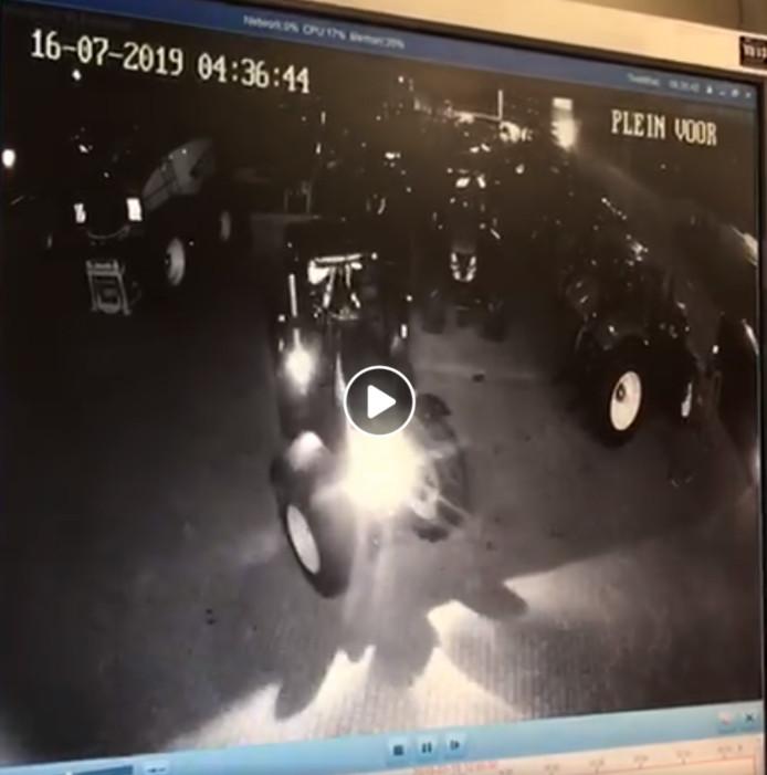 De daders gaan er met de tractor vandoor.