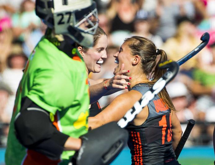 Kelly Jonker brengt de stand op 1-0 tijdens de halve finale Nederland tegen Australië. Links ploeggenoot Marloes Keetels.