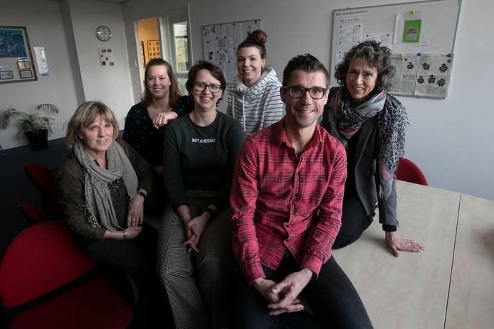 Meester Bart van de Voort heeft alleen vrouwelijke collega's op basisschool de Disselboom in Wintelre.