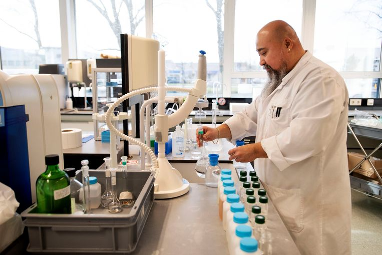 In het Waterlaboratorium werd onderzoek gedaan naar de waterkwaliteit uit de Rijn en de Maas. Beeld Olaf Kraak