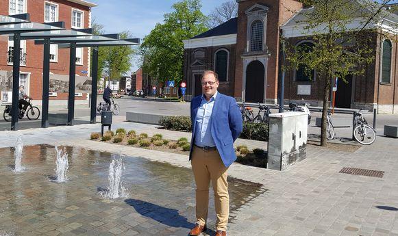 Burgemeester Tom De Vries (Open Vld) op het dorpsplein van Niel.