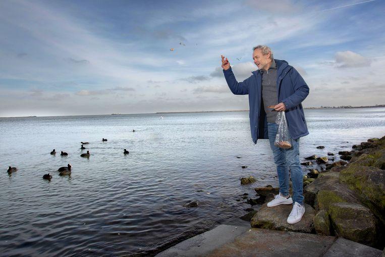 Marcel Hensema, acteur, met brood voor de meerkoeten vlakbij zijn huis.  Beeld Maartje Geels