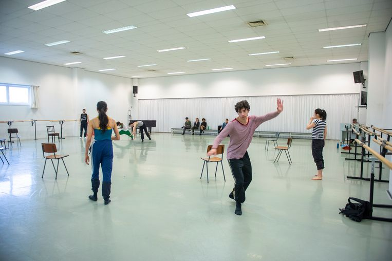 Enkele dansers repeteren voor een nieuwe voorstelling.