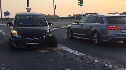 Automobilist valt in slaap en crasht aan afrit E403