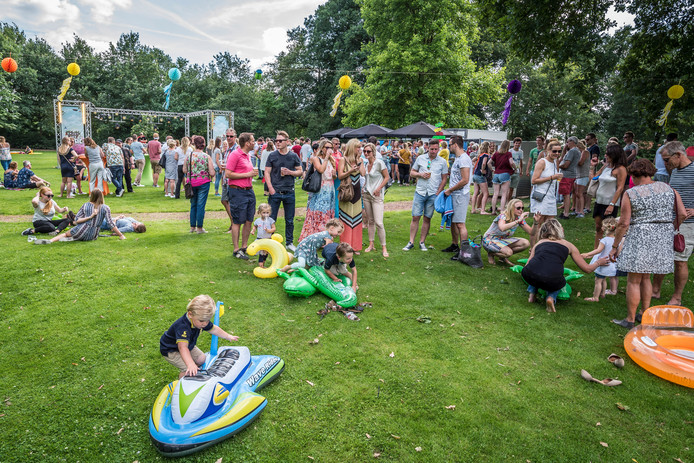Kinderen en hun ouders vermaken zich op het Zonnestraalfestival.