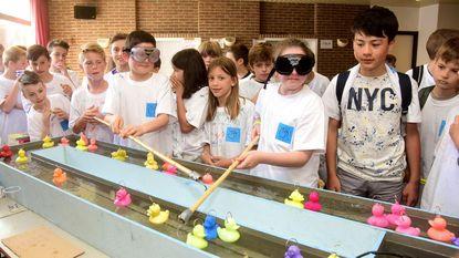 Leerlingen vissen eendjes met 'dronken' bril