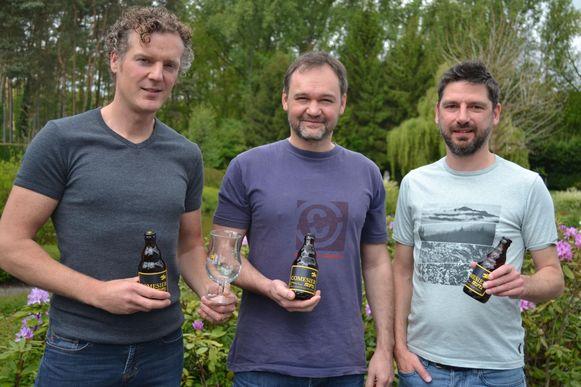 Timmy Mesotten, Tjerk Coomans en Kristoff Verbieren met hun Comesier-bier.