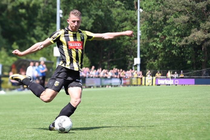 Bo van Essen aan de bal voor Jong Vitesse.