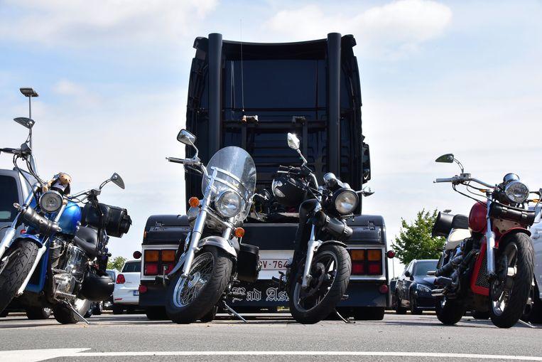 Prominent op de parking van het crematorium Uitzicht in Kortrijk, bij het afscheid van transporteur Manu Notterdaeme: één van zijn vrachtwagens en vier motoren, zijn andere passie.