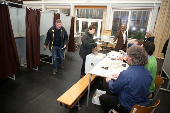 Tijdens de gemeenteraadsverkiezingen stemt Lennik voor het eerste digitaal