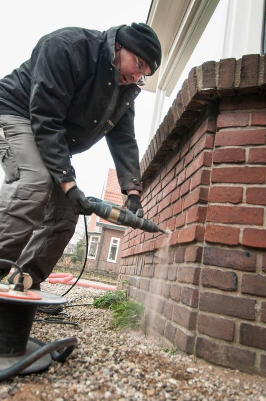 Een woning isoleren kan door de spouwmuur vol te spuiten.