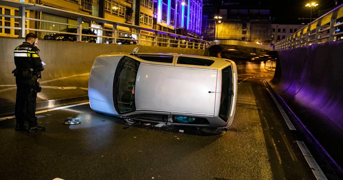 Wéér eens een ongeluk in Arnhemse Willemstunnel: bestuurder lanceert zijn auto op z'n kant.