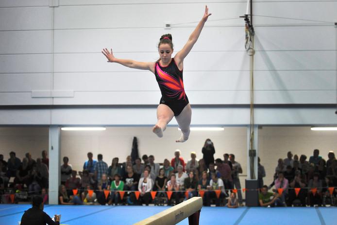 Een beeld uit 2014: Jerrina de Vries van de Apeldoornse turnvereniging Novitas stijlvol in actie tijdens de Apeldoornse turnkampioenschappen in Beekbergen. Foto Archief
