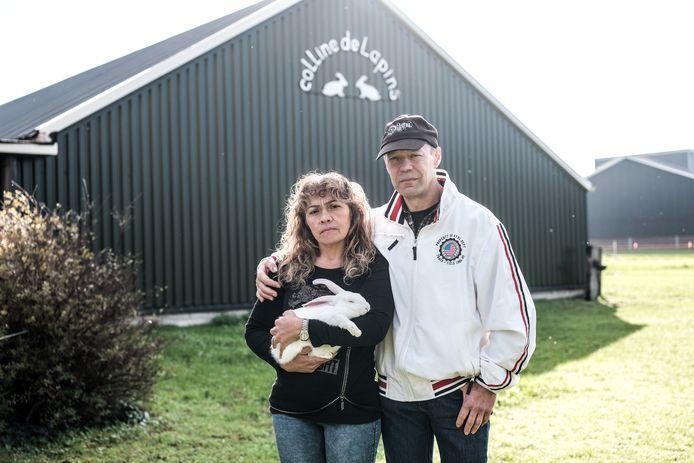 """Henk en Elizete Oonk met een van de 35.000 konijnen. ,,Ik hoorde wat in de stal en dacht: daar zal je het hebben. Ik trilde helemaal."""""""