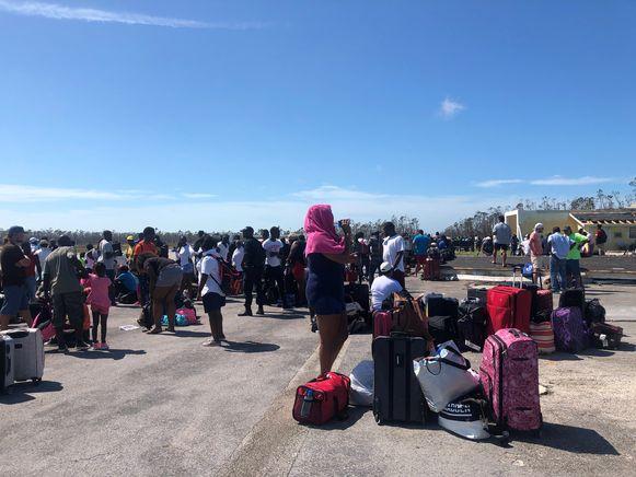 Inwoners en bezoekers op de luchthaven in Treasure Cay, Abaco.