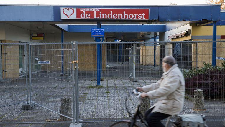Hekken om het leegstaande winkelcentrum De Lindenhorst dat voor onrust zorgt in de wijk Veldhuizen. Beeld anp