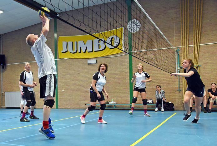 Mario Bontink (links) haalt het haast uit zijn tenen tijdens de volleybalmarathon in Nieuw-Namen.