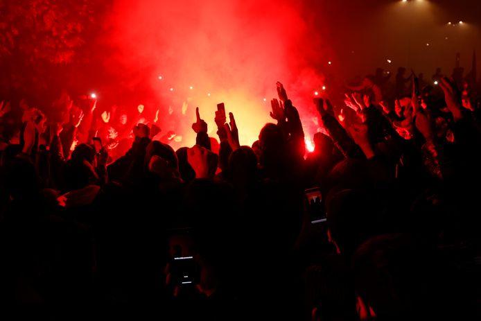 Fans eren Maradona bij Napoli-stadion San Paolo.