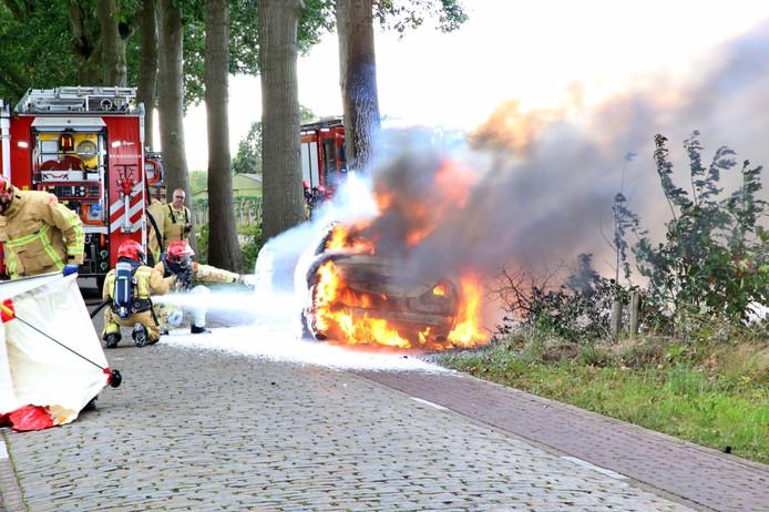 Bestuurder overleden nadat auto tegen boom rijdt en in brand vliegt in Casteren