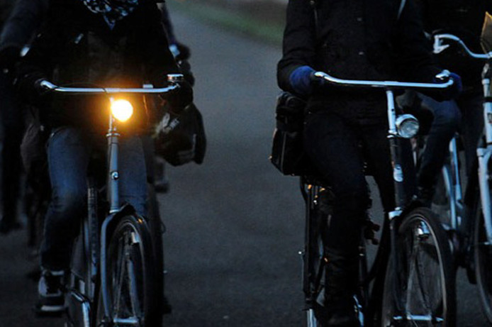 Meer boetes voor fietsen zonder licht | Binnenland | AD.nl