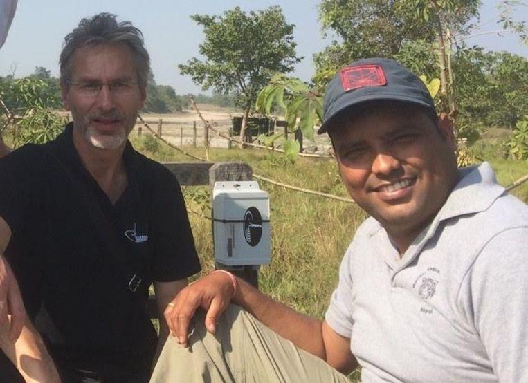 Jan-Kees Schakel (links) met een parkwachter in Nepal. Beeld Sensing Clues