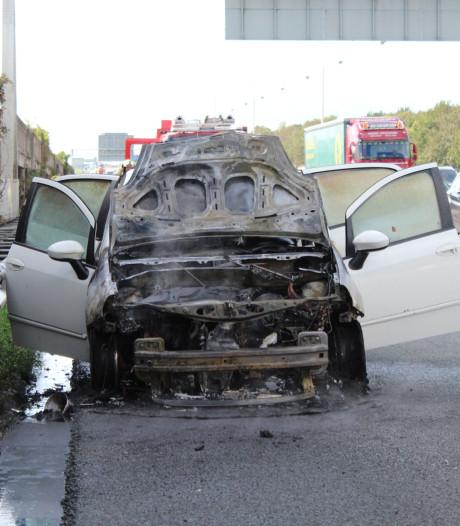 Auto vliegt in brand op A12 bij De Meern