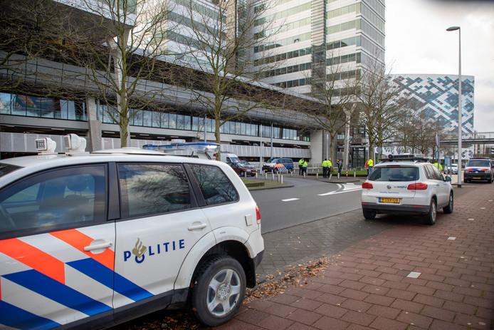 In april werd een Eindhovenaar een auto in gesleurd. Uren later 'zag'een camera op Schiphol die auto voorbij komen. De politie vond hem in de parkeergarage met twee inzittenden.