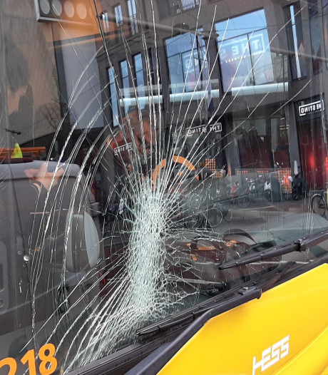 Fietser knalt tegen voorruit bus in binnenstad en raakt gewond aan hoofd