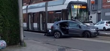 Drie lichtgewonden bij botsing met tram en personenwagen op Zwijnaardsesteenweg