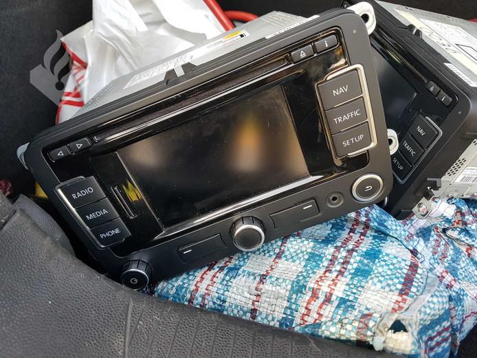 De navigatiesystemen die werden aangetroffen in de auto van de verdachten.