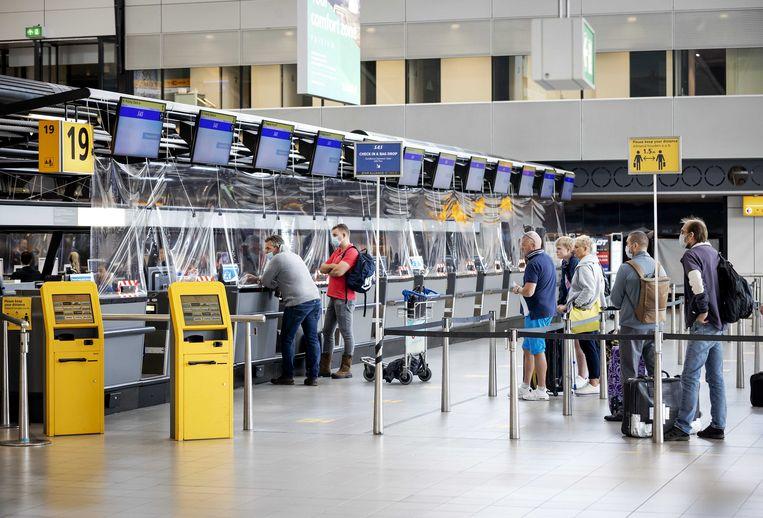 Nu het vliegverkeer weer steeds meer op gang komt, loopt het aantal reizigers op Schiphol op. Het aantal passagiers en vluchten is door alle coronamaatregelen en -gevolgen voorlopig nog slechts een fractie van de normale hoeveelheid.  Beeld ANP