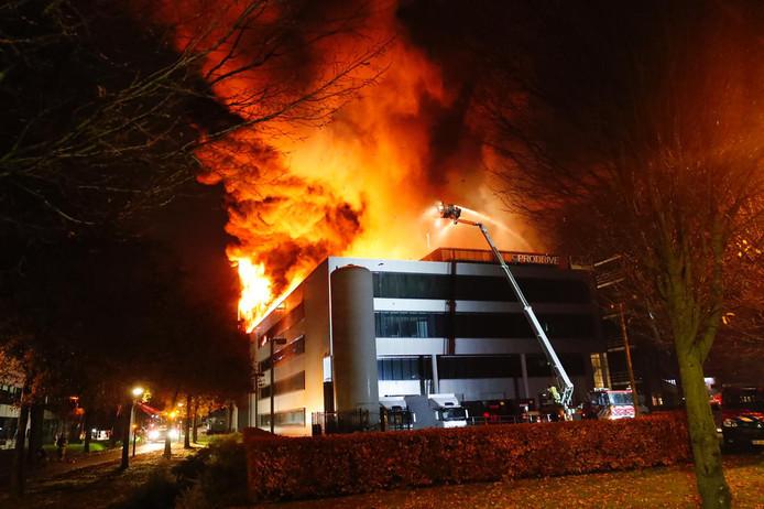 De vlammen sloegen op 1 december 2018 uit het dak bij Prodrive in Son.
