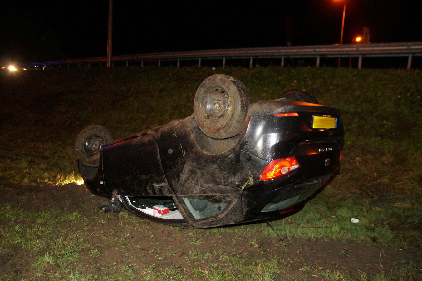 Auto op zijn kop in de berm bij A59 bij Drunen