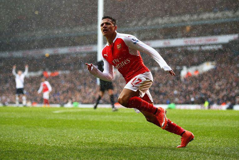 Arsenal-speler Alexis Sanchez viert zijn doelpunt. Beeld Getty