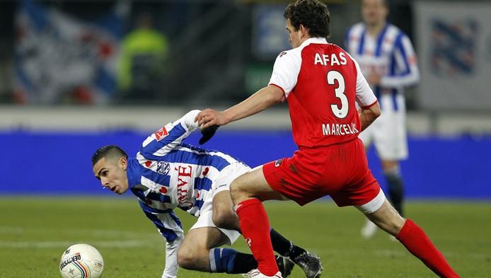 Oussama Assaidi (L) van sc Heerenveen in duel met Dirk Marcellis (R) van AZ.