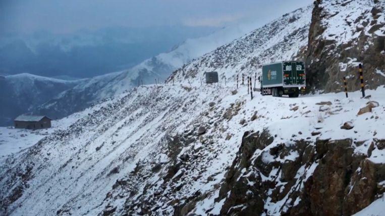De wegen waar Dorje over moet zijn erg smal en liggen van oktober tot mei vol sneeuw en ijs.